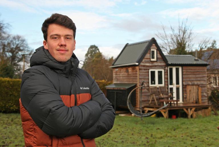 بيت من الأخشاب المستصلحة يشيده شاب دون العشرين